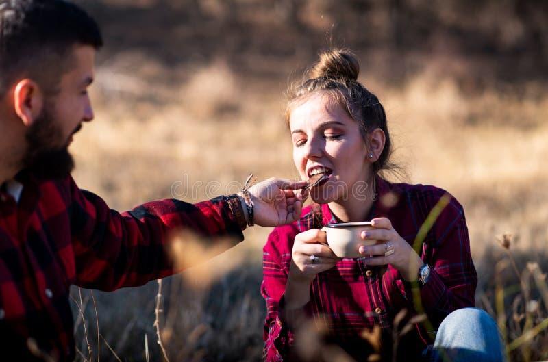 Paar die van een kop van koffie en chocolade genieten stock foto