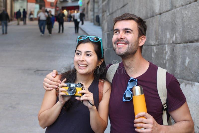 Paar die van een onderbreking genieten tijdens het weekend royalty-vrije stock fotografie