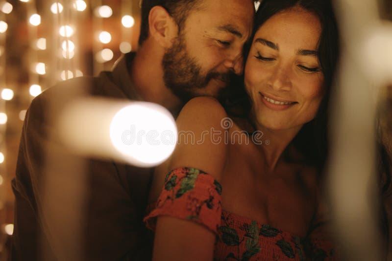 Paar die van een vertrouwelijk ogenblik samen genieten royalty-vrije stock foto