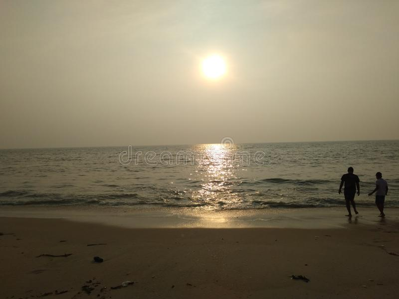 Paar die van het aardige de mening van zonsondergangcalmsea ontspannen genieten royalty-vrije stock afbeelding