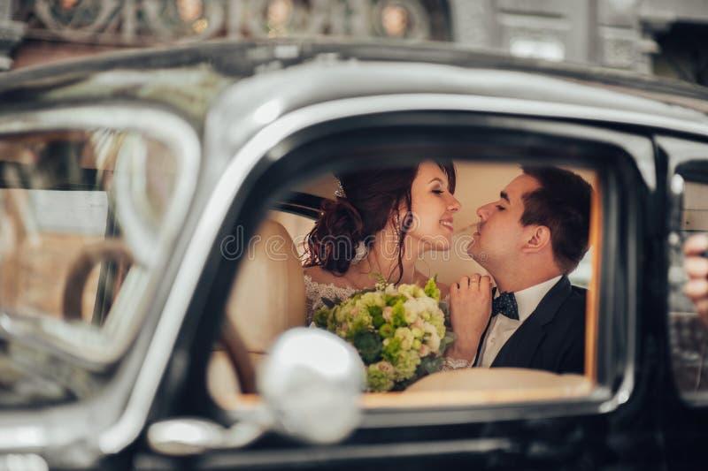 Paar die van het luxe het elegante huwelijk en in modieuze B kussen omhelzen royalty-vrije stock foto's