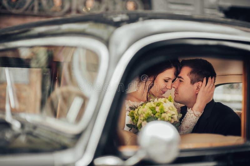 Paar die van het luxe het elegante huwelijk en in modieuze B kussen omhelzen royalty-vrije stock foto