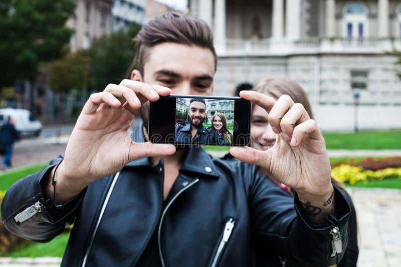 Paar die van Hipsters Pret met Smartphone-Fotografie hebben stock fotografie