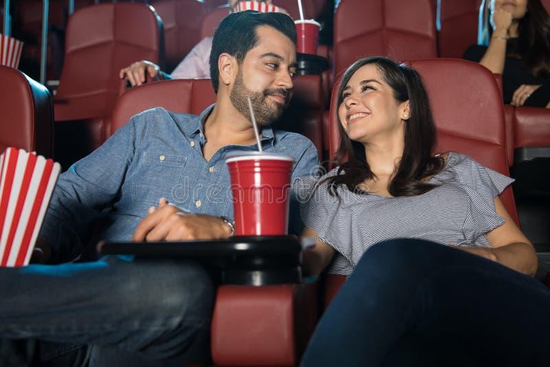 Paar die van hun datum genieten bij de films stock afbeelding