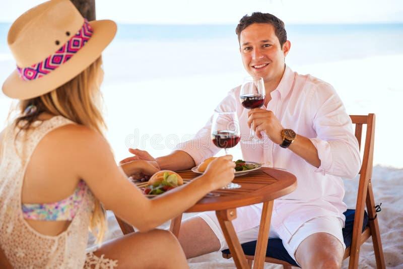 Paar die van hun wittebroodsweken genieten bij het strand royalty-vrije stock fotografie