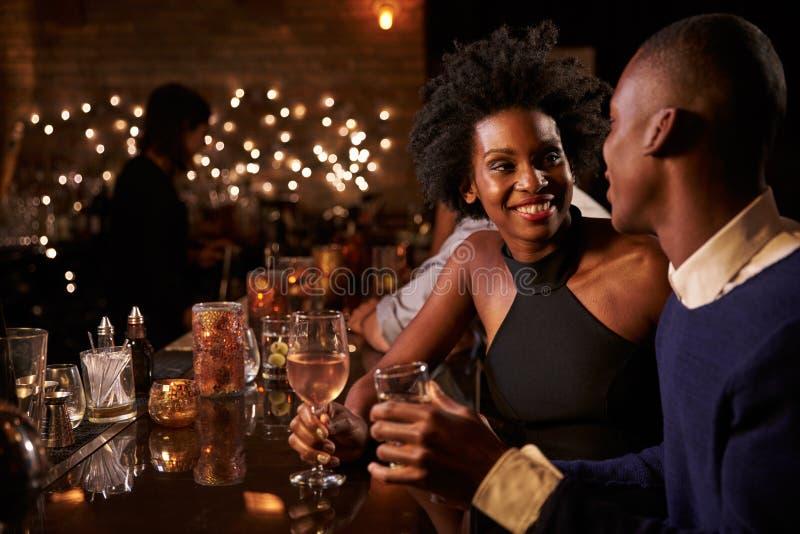 Paar die van Nacht genieten uit bij Cocktailbar royalty-vrije stock afbeelding