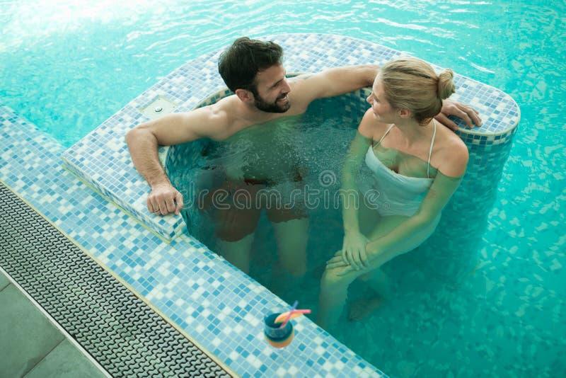Paar die van Schuimbad genieten stock afbeeldingen
