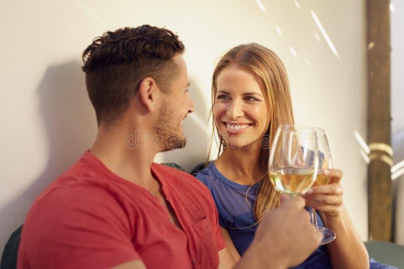 Paar die van wijn in hun binnenplaats genieten royalty-vrije stock fotografie