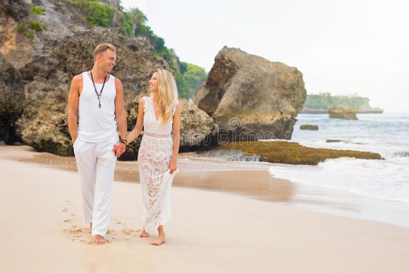 Paar die van wittebroodsweken op tropisch strand genieten royalty-vrije stock afbeelding