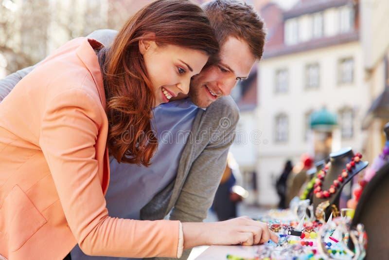 Paar die voor juwelen buiten winkelen royalty-vrije stock afbeeldingen