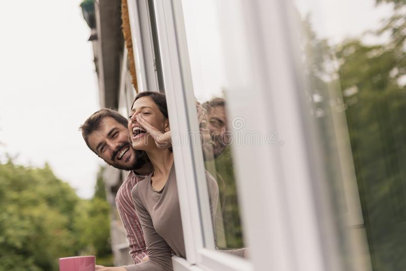 Paar die vrienden roepen door het venster royalty-vrije stock foto's