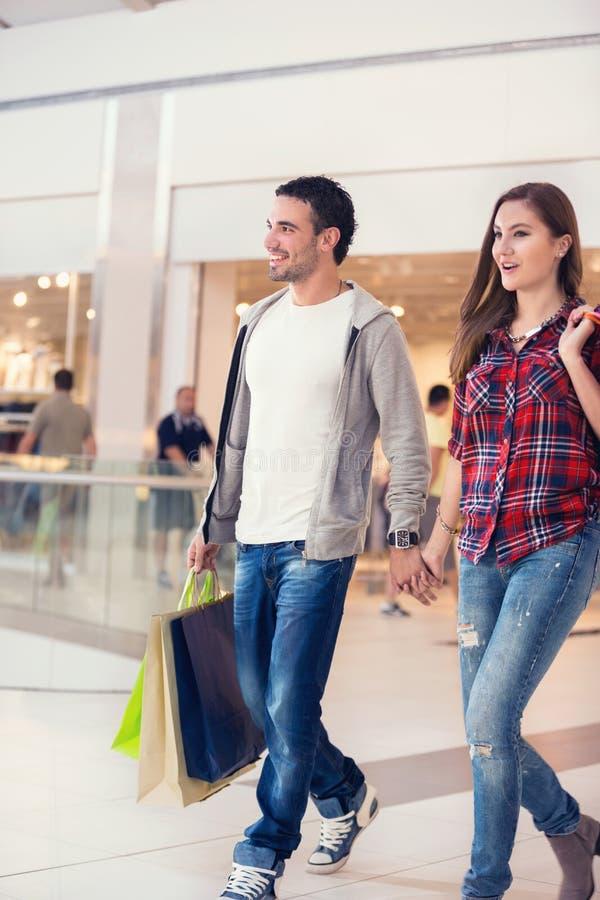 Paar die in wandelgalerij winkelen royalty-vrije stock foto's