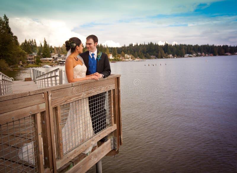 Paar die water overzien royalty-vrije stock afbeelding