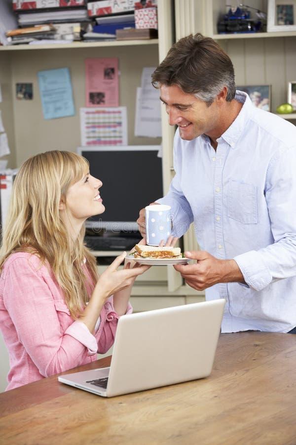 Paar die Werkende Lunch in Huisbureau samen hebben royalty-vrije stock fotografie