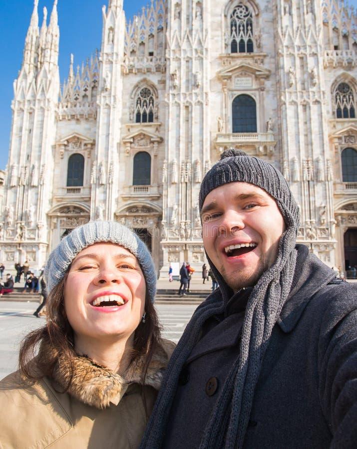 Paar die zelfportret in Duomo-vierkant in Milaan nemen Het reizen en verhoudingsconcept royalty-vrije stock afbeeldingen