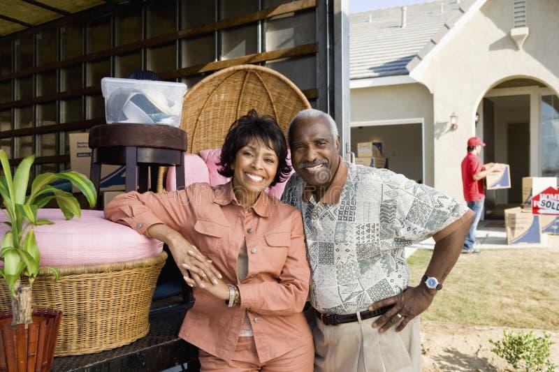 Paar die zich aan Hun Nieuw Huis bewegen royalty-vrije stock fotografie