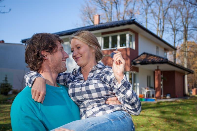 Paar die zich in een nieuw huis bewegen royalty-vrije stock afbeelding