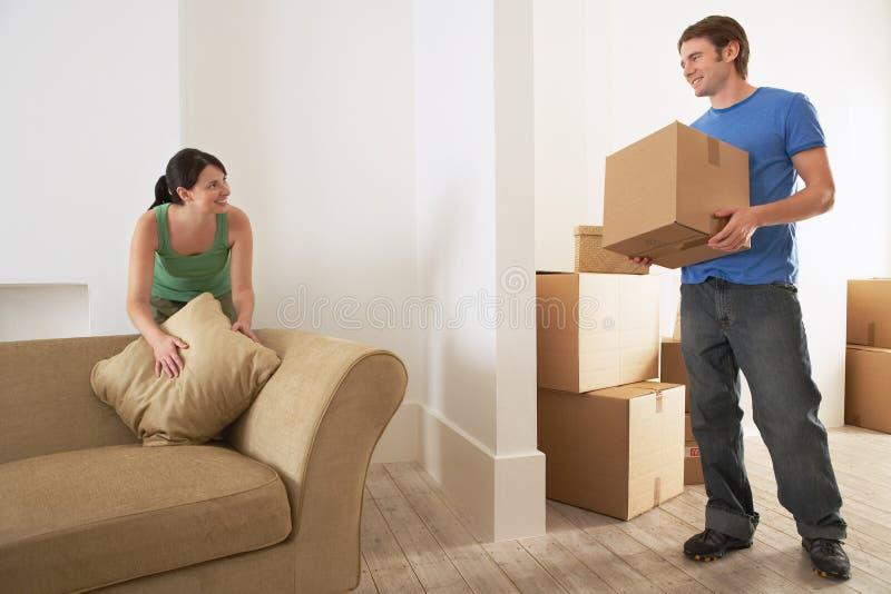 Paar die zich in Nieuw Huis bewegen stock afbeeldingen