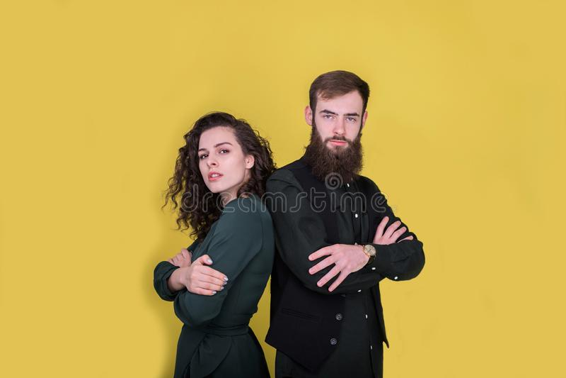 Paar die zich rijtjes op gele achtergrond bevinden royalty-vrije stock foto
