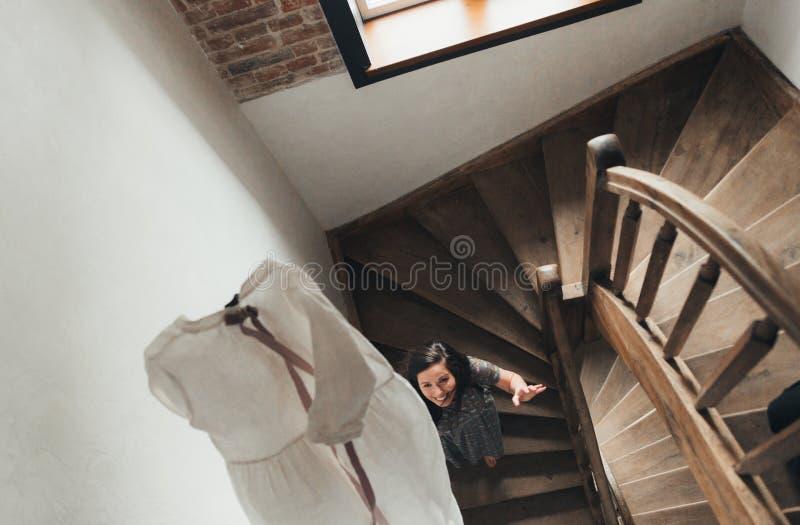 Paar die zich voor een gang kleden Concept het voorbereidingen treffen in ochtend stock afbeelding