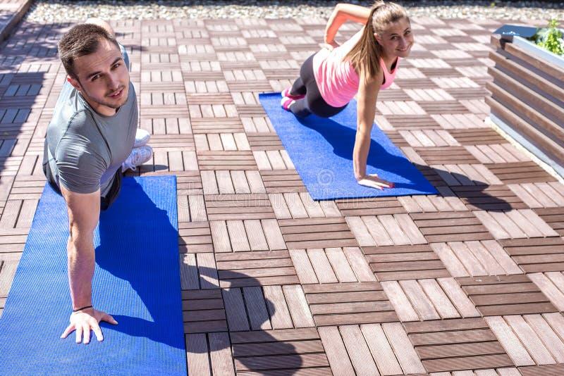 Paar die zijplankoefening doen stock afbeelding
