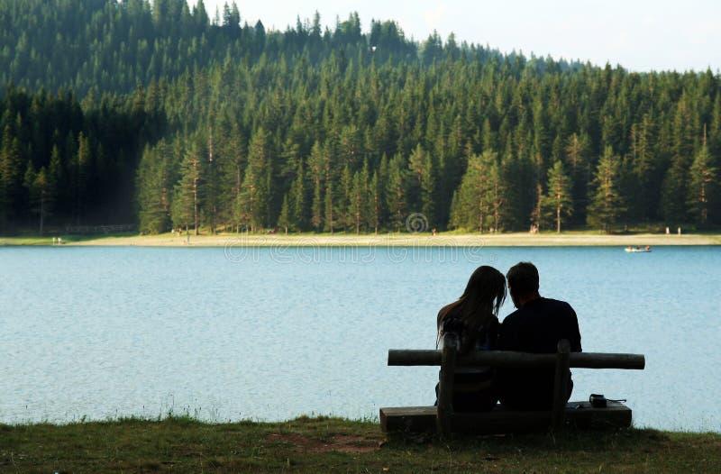 Paar door het meer stock afbeeldingen
