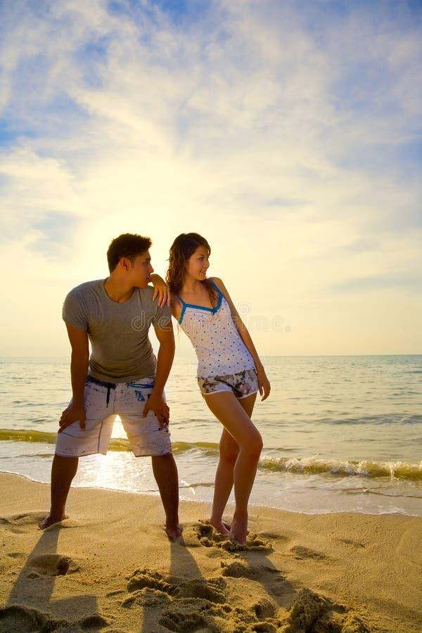 Paar door het romantische strand stock afbeelding