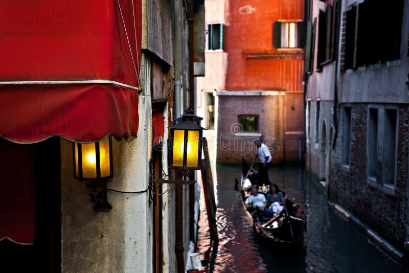 Paar in een gondel in Venetië, Italië royalty-vrije stock fotografie