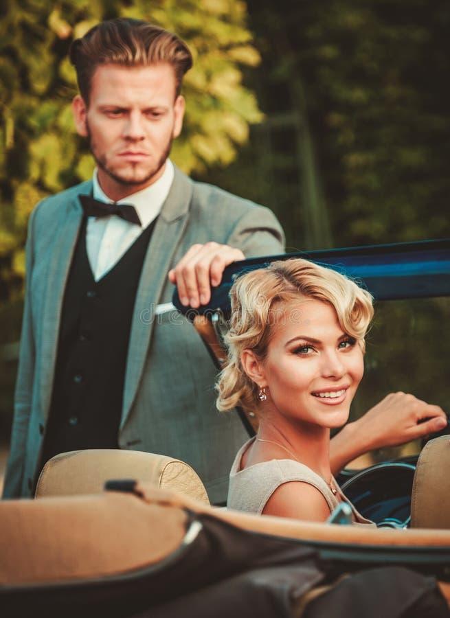 Paar in een klassieke auto royalty-vrije stock afbeelding