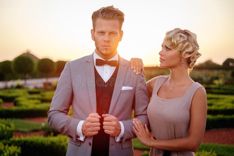Paar in een mooi park royalty-vrije stock foto's