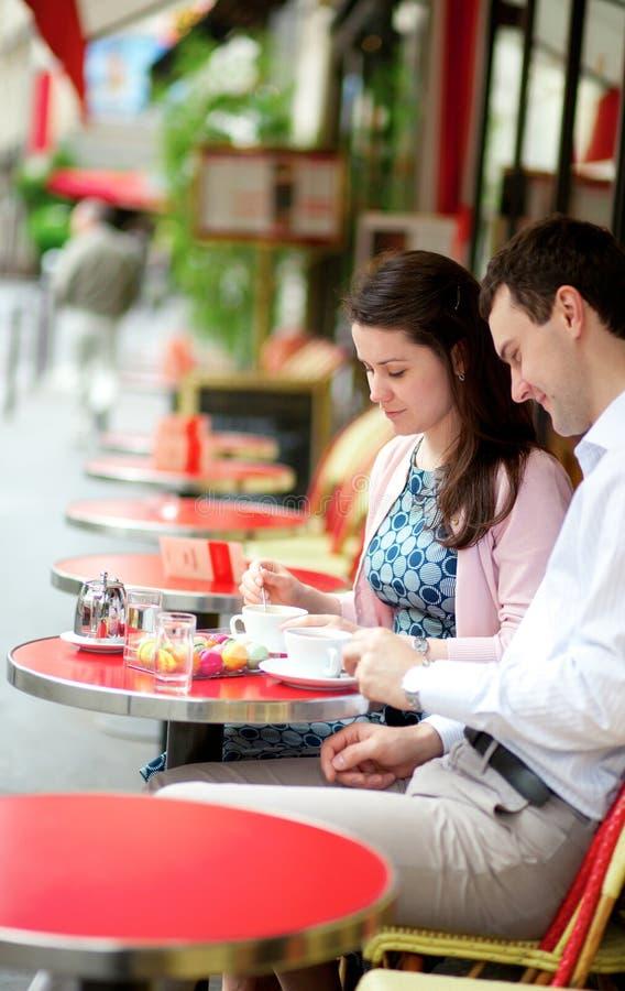 Paar in een Parijse koffie stock foto's