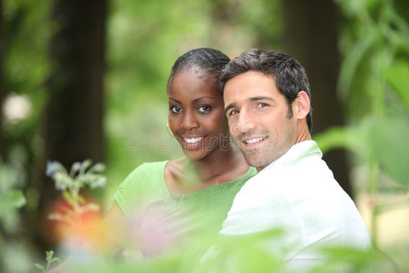 Paar in een park. royalty-vrije stock afbeeldingen