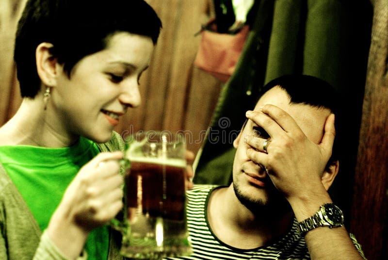 Paar in een restaurant stock afbeeldingen