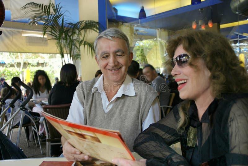 Paar in een restaurant royalty-vrije stock afbeelding