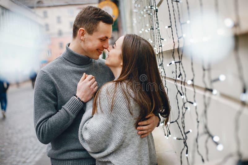 Paar in een stad stock foto