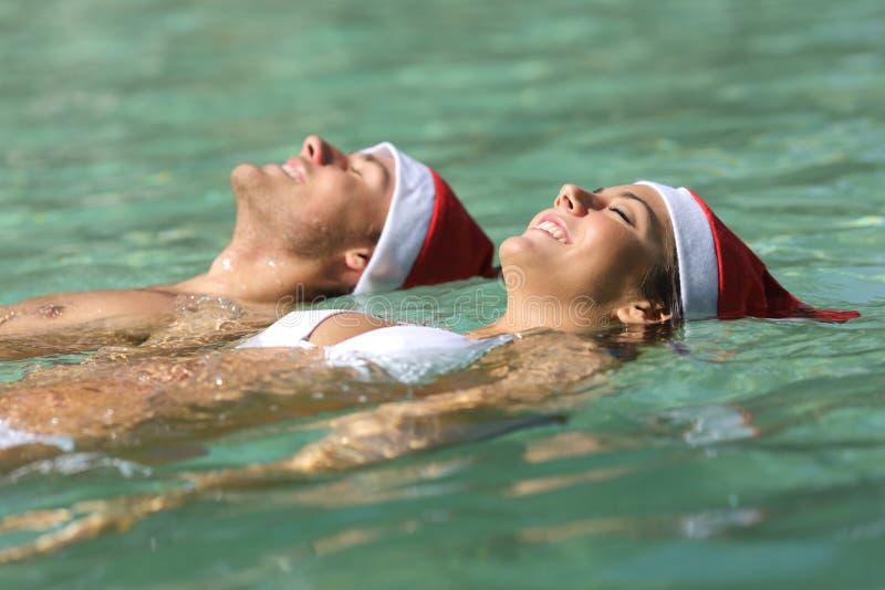 Paar in een tropisch strand op Kerstmis royalty-vrije stock foto