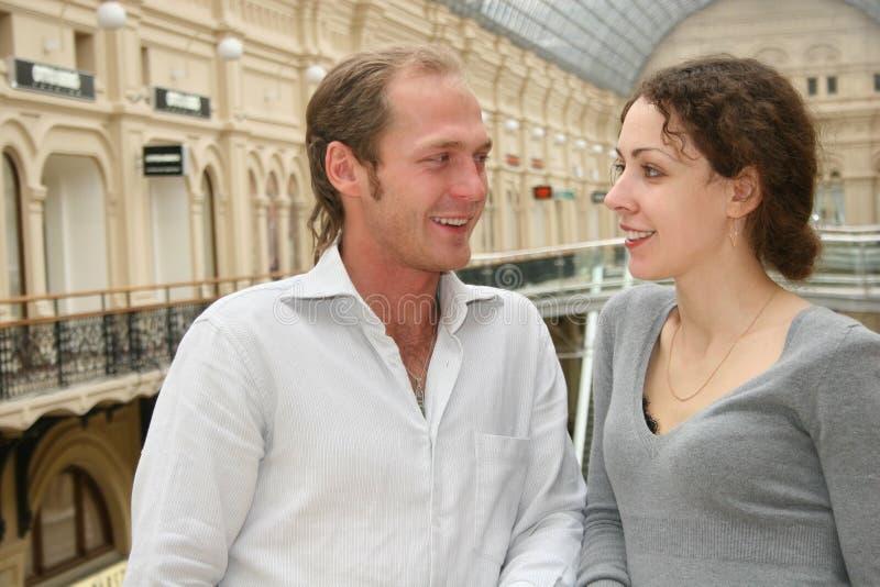 Paar in een winkel stock fotografie