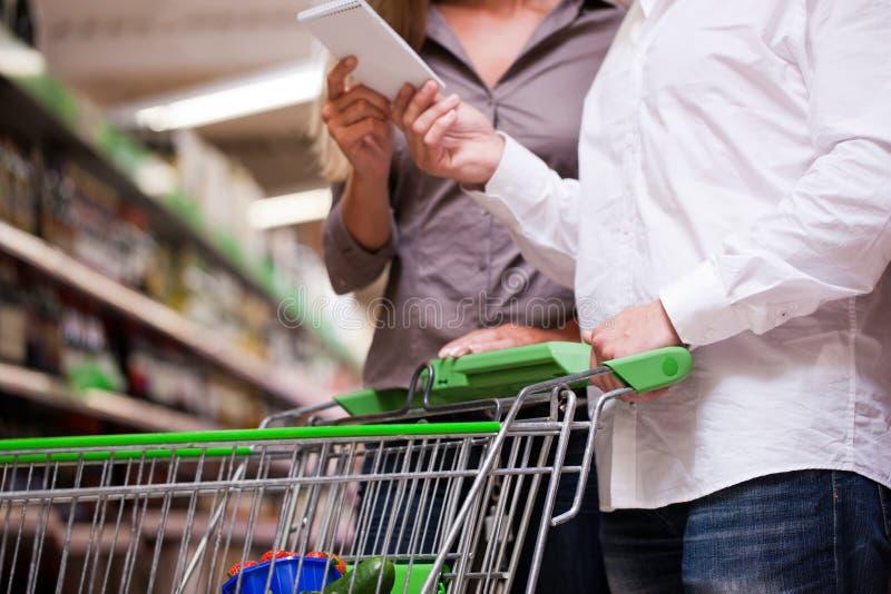 Paar-Einkaufen am Supermarkt lizenzfreies stockbild