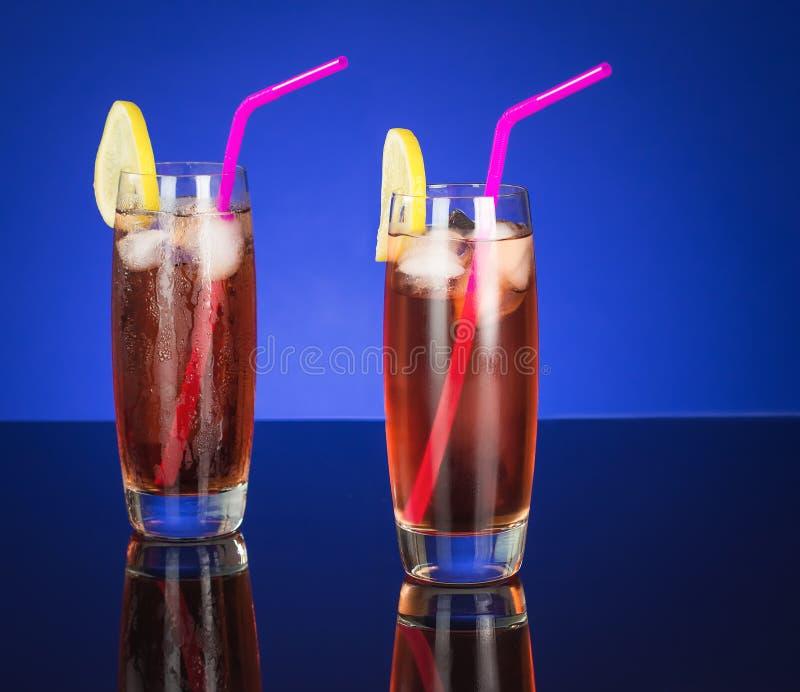 Paar-Eistee-Gläser auf reflektierender Tabelle stockfoto