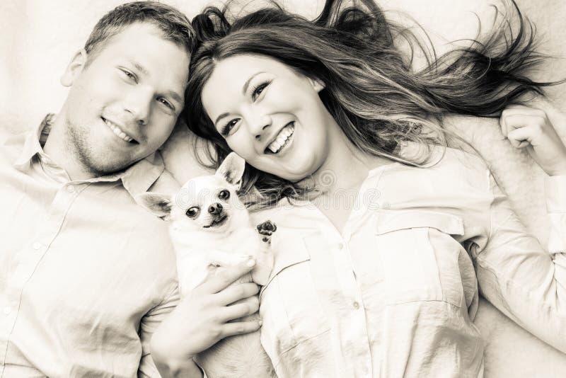 Paar en hond royalty-vrije stock foto's