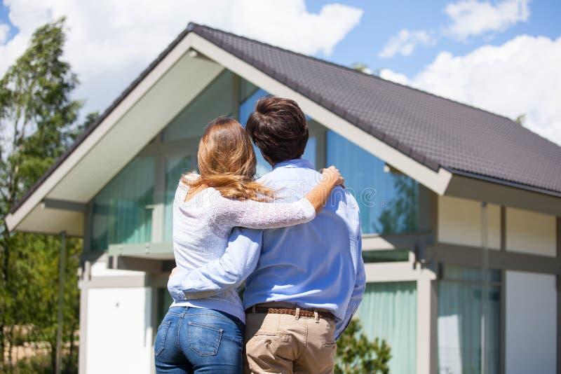 Paar en hun huis stock afbeelding