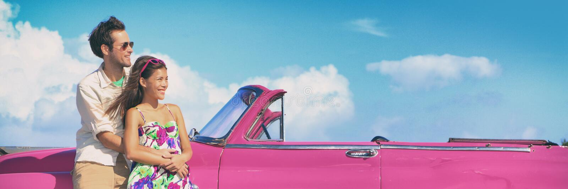 Paar en uitstekende retro auto royalty-vrije stock afbeelding