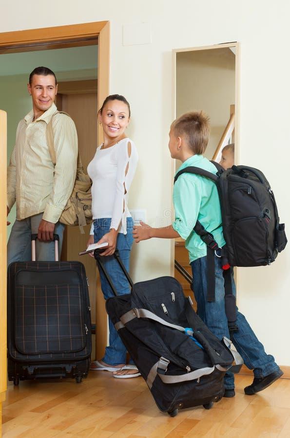 Paar en zoon met bagage dichtbij deur stock fotografie