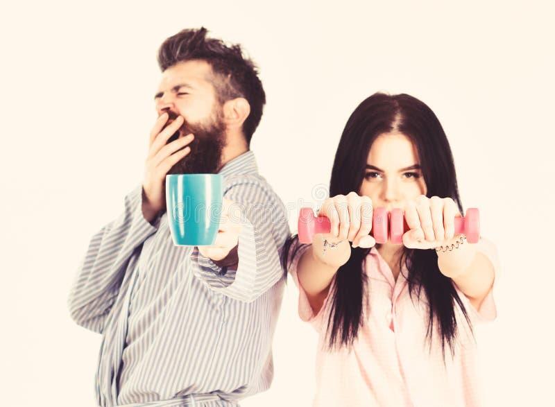 Paar, Familie bietet Quelle der alternativen Energie an Paare in der Liebe im Pyjama, Bademantelstand lokalisiert auf weißem Hint lizenzfreie stockfotos