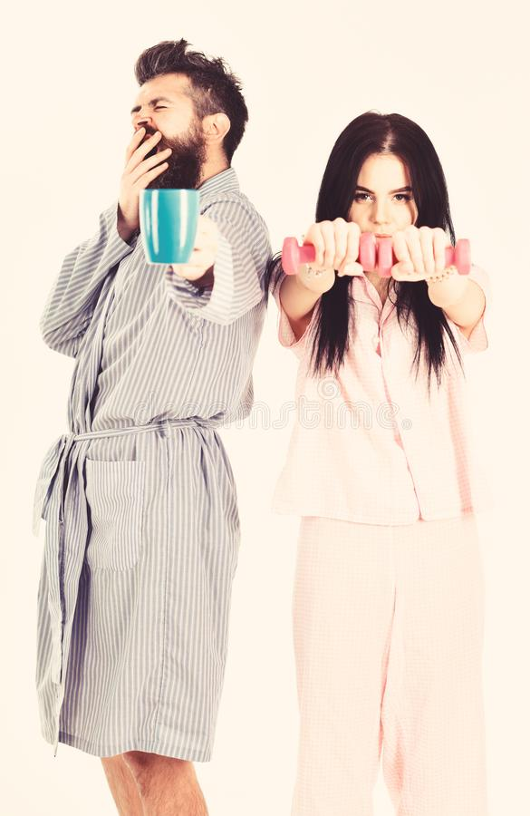 Paar, Familie bietet Quelle der alternativen Energie an Paare in der Liebe im Pyjama, Bademantelstand lokalisiert auf wei?em Hint lizenzfreie stockfotos