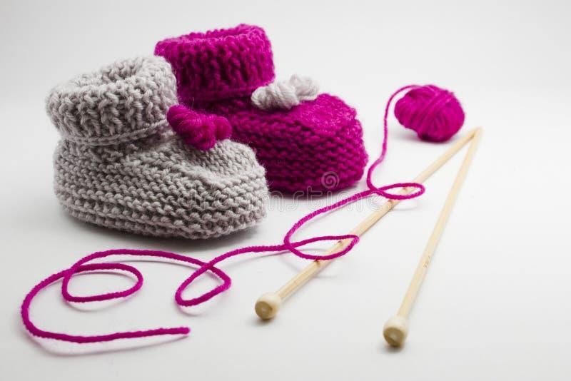Paar gebreide sokjes aan pasgeboren stock afbeeldingen