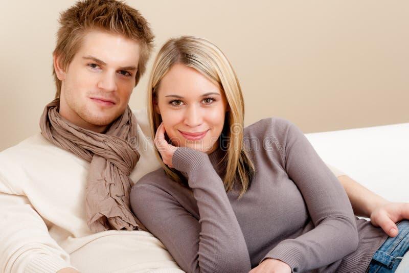 Paar in gelukkige liefde - ontspan thuis stock fotografie