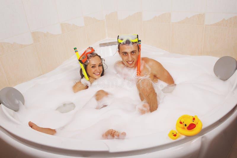 Paar genießt ein Bad lizenzfreie stockbilder