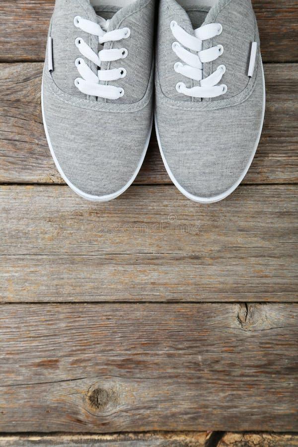 Paar grijze schoenen royalty-vrije stock fotografie