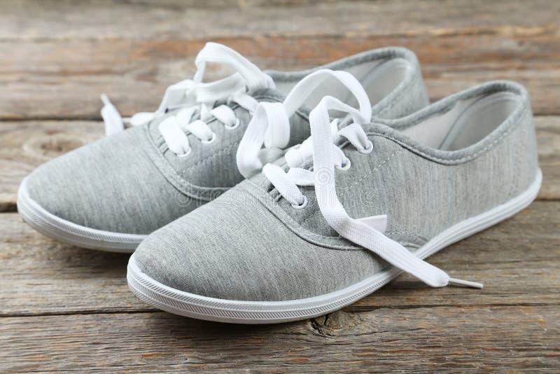 Paar grijze schoenen stock fotografie